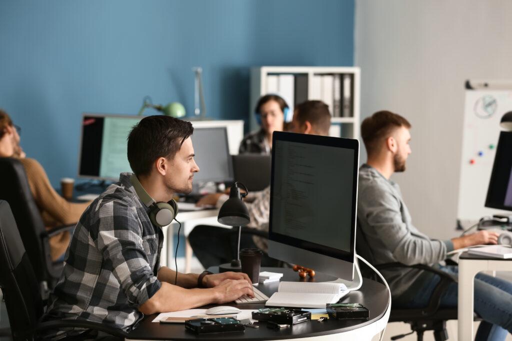 バックオフィスの生産性を向上!クラウドサービスを使うメリットとデメリット